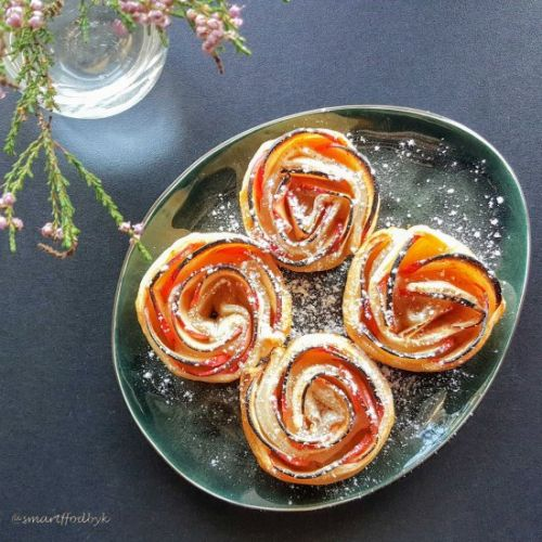 Apple roses with honey and cinnamon